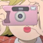 アニメ『モブサイコ100 II』第03話にフィルムカメラ コニカ BiGmini Fが登場!!